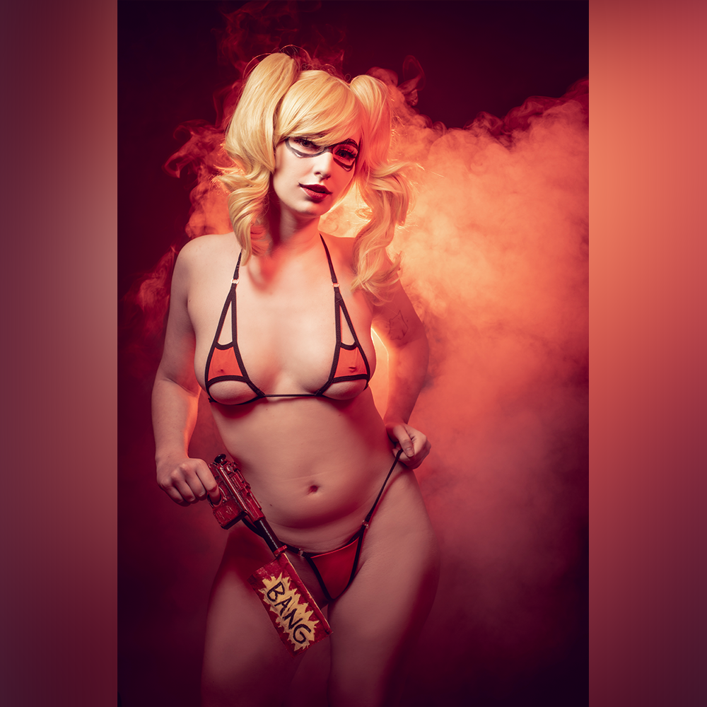 """""""I'm Bored… Play With Me!"""" Harley Quinn Cosplay By Bumblejinx"""