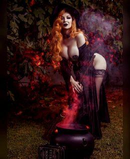 Big Tiddie Witch – Ashlynne Dae